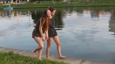 歩いて 2 つの 10 代の少女 — ストックビデオ