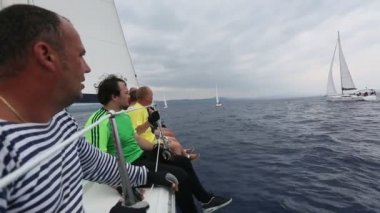 Sailors participate in sailing regatta — Stock Video