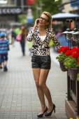 Piękna kobieta, rozmowy na telefon komórkowy — Zdjęcie stockowe