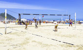 People playing volleyball in Copacabana Beach in Rio de Janeiro, Brazil. — Stock Photo