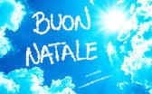 Gelukkig kerstfeest (Italiaans: Buon Natale) geschreven op een mooie hemel — Stockfoto