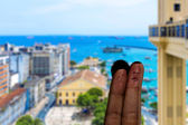 Cute couple finger in Salvador, Bahia, Brazil. — Stockfoto