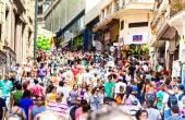 SAO PAULO, BRAZIL - CIRCA DEZ 2014: Hundreds of People walk along the 25 March area in Sao Paulo, Brazil. 25 March is a popular commerce region near the center of Sao Paulo, Brazil. — Stock Photo