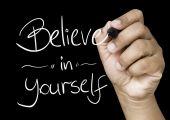 Creer en ti mismo mano escribiendo — Foto de Stock