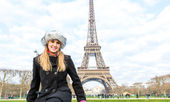 Eiffel Tower tourist in Paris, France. — Stock Photo