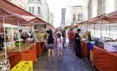 People enjoy a local market — Foto de Stock
