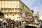 Tourists leave Pier from Alcatraz — Stock Photo
