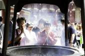 東京の浅草寺で祈る人々 — ストック写真