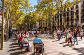 Crowded La Rambla street in Barcelona — Stock Photo