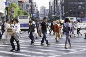 People walk at Ginza in Tokyo — Foto Stock