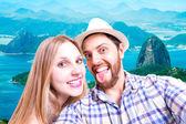 Nádherný pár fotografování selfie v Rio de Janeiro, Brazílie — Stock fotografie
