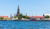 Wat Arun (Temple) across Chao Phraya River in Bangkok, Thailand. — Stock Photo