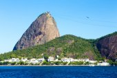 The Sugarloaf Mountain in Rio de Janeiro, Brazil with the bay and Atlantic Ocean — Stockfoto