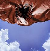 Albanie, brandissant le drapeau par une belle journée — Photo