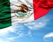 Mexikanska viftande flagga på en vacker dag — Stockfoto