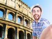 Glad ung man fotograferar selfie i Rom, Italien — Stockfoto