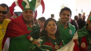 Group of Mexican people before the game of Mexico — Stock Video