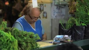 Woman selling natural medicines — Stock Video