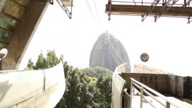Tourists take the cable car in Rio de Janeiro — Stock Video