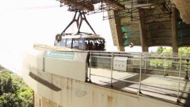 Tourists take the cable car in Rio de Janeiro — Stock Video