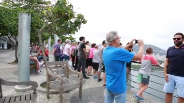 Tourists on the Sugarloaf Mountain in Rio de Janeiro — Stock Video