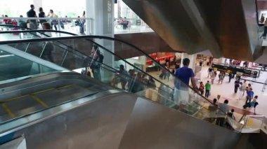 Passagers à l'aéroport Santos Dumont de Rio de Janeiro — Vidéo