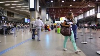 Passengers walk through Guarulhos Airport in Sao Paulo — 图库视频影像