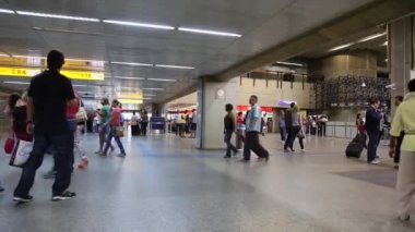 Passengers walk through Guarulhos Airport in Sao Paulo — Stock Video