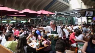 People eating at Municipal Market in Sao Paulo — Stock Video