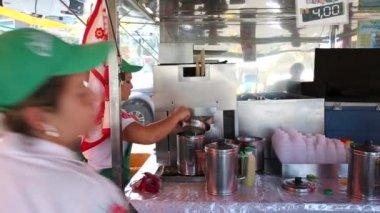 People preparing the Brazilian Sugarcane juice — Stock Video
