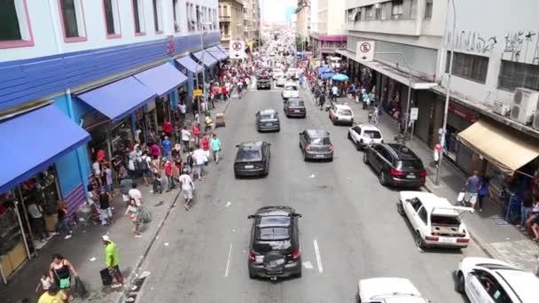 Gente caminando por el 25 de marzo en Sao Paulo — Vídeo de stock