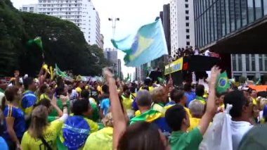 Protesters marching on Paulista Avenue in Sao Paulo — Stock Video