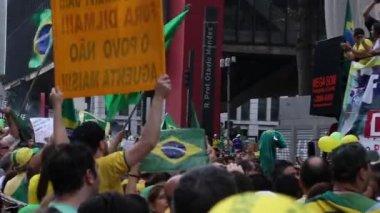 Demonstranten marcheren op Paulista Avenue in Sao Paulo — Stockvideo