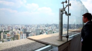 People looking to the huge city of Sao Paulo — Vidéo