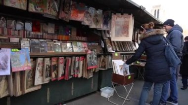 Famous bookseller's boxes in Paris — Stock Video
