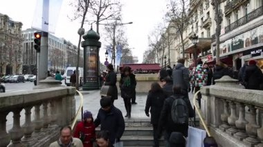 People at the famous Champs Elysees in Paris — Stock Video