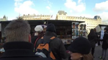 People walking at the famous galleries boxes in Paris — Stock Video