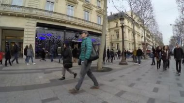 People on the famous Champs Elysees in Paris — Stock Video