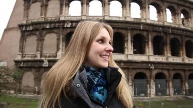 Happy blonde tourist at the Colosseum in Rome — Stock Video