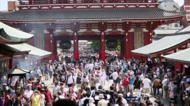 Tourists in the Senso-ji Temple in Tokyo — Stockvideo