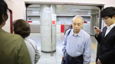 People on the Tokyo subway — Stock Video