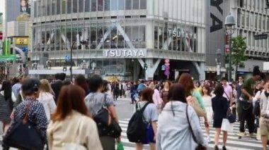 Pedestrians crossing the busiest crosswalk in Tokyo — Stock Video