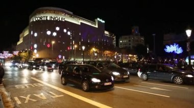 Трафик на площади Каталонии в Барселоне — Стоковое видео
