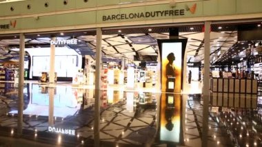 Duty Free Shop at Barcelona International Airport — Vídeo de Stock