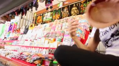 Seller woman offers some products for the tourists — Stock Video