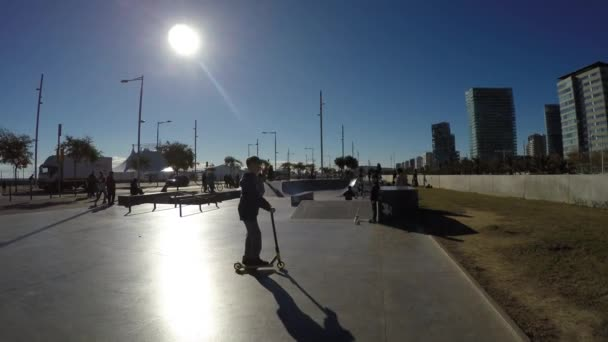 People skateboarding and bicycling in Barcelona — Vidéo