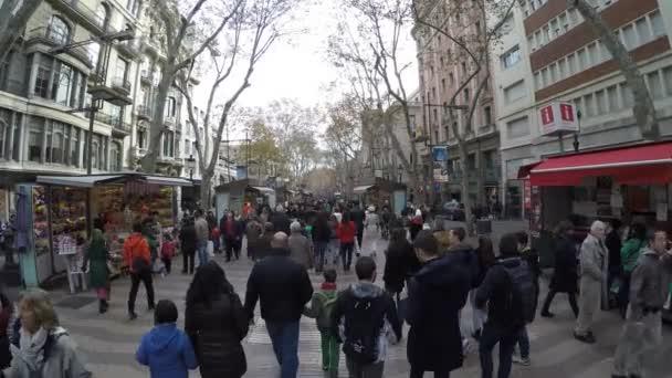 People walking at the La Rambla street in Barcelona — Vidéo