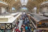 Municipal Market (Mercado Municipal) in Sao Paulo. Its a huge and bustling market with local fruit, vegetable, spice or condiment you could ask for. — Stock Photo