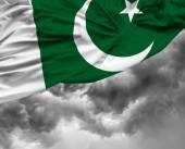 Bandera que agita paquistaní en un mal día — Foto de Stock