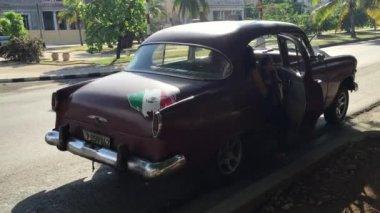 Old Chevrolet on Vedado district in Havana, Cuba. — Stock Video